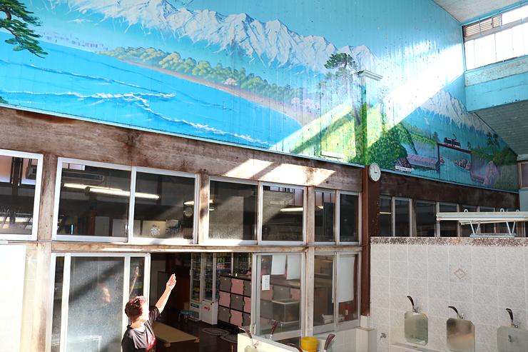 立山連峰が壁に描かれた菊水湯。県出身者を中心に好評だった=東京都文京区本郷