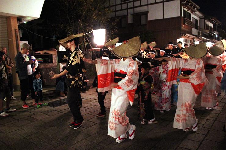 しっとりとした踊りを披露する町流し=富山市八尾町諏訪町