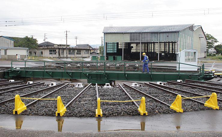 えちごトキめき鉄道の転車台。線路を回転し、鉄道車両の向きを変える=上越市の直江津駅