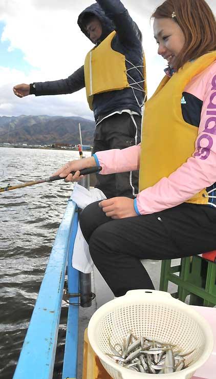 昨季、諏訪湖でワカサギを釣る客。採卵数の激減を受け、釣り時間を短縮するかどうか協議した