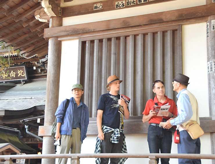 地元ガイドの案内で北向観音を見学するレッティさん(右から2人目)とミンチェンスさん(同3人目)=27日
