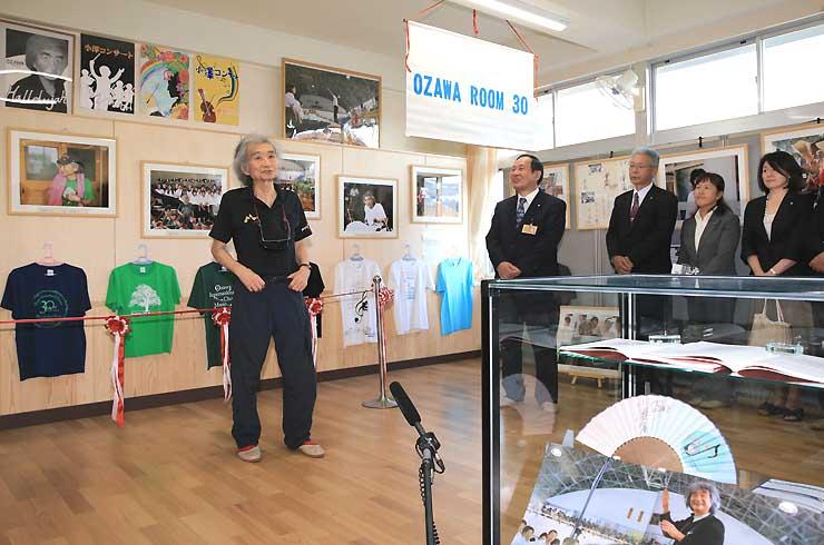 写真やゆかりの品々を並べた「OZAWAROOM30」のオープニングセレモニーであいさつする小澤さん(左)=28日午後4時12分、山ノ内町