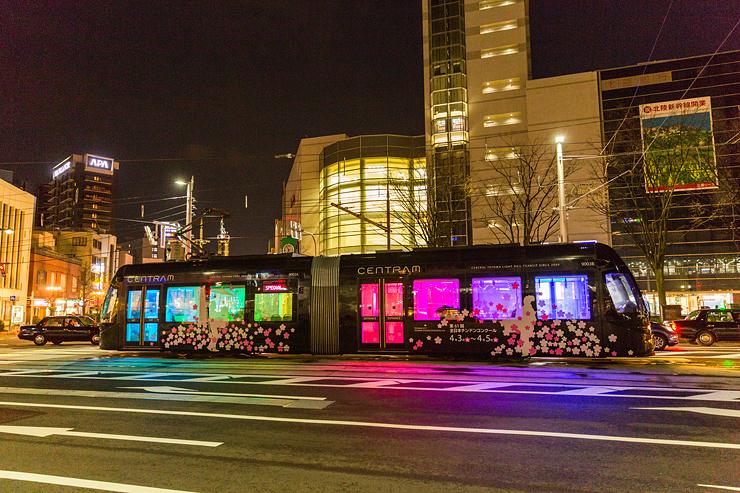 3月のアメイジングナイトで人気を集めた「ライトラム」=富山駅前