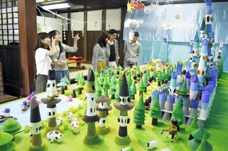 紙コップなどでメルヘンの世界を表現した展示会=26日、福井県大野市元町の平成大野屋二階蔵