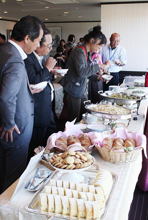 「富山ブラック」を使ったアレンジ料理を試食する関係者