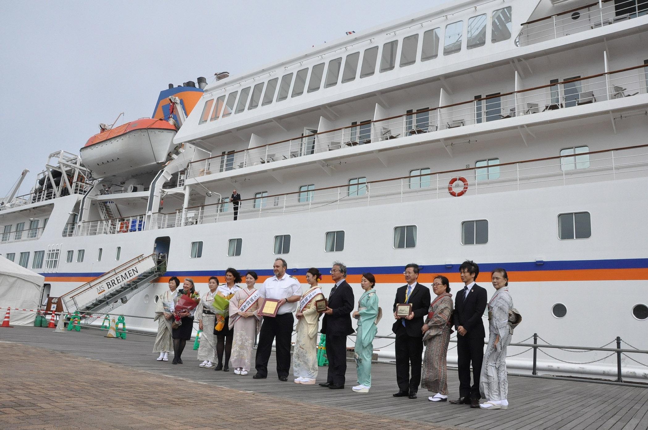 初めて寄港した高級船「ブレーメン」=30日午前10時20分、金沢港無量寺埠頭