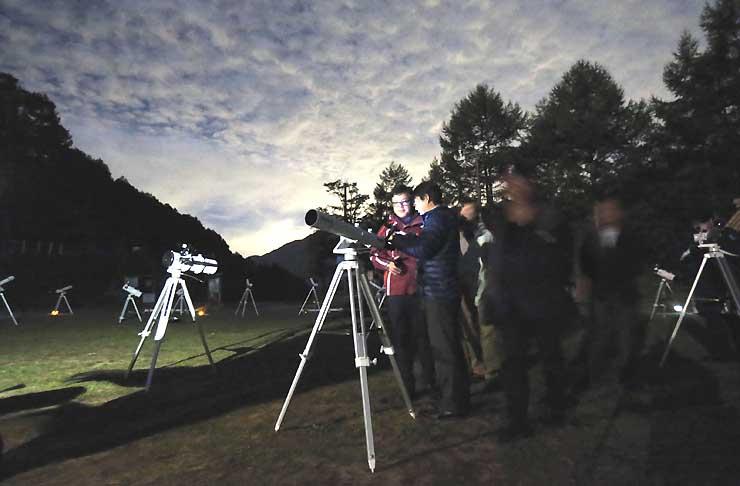 標高1400メートルのナイトツアー会場に並ぶ天体望遠鏡=30日、阿智村のヘブンスそのはら