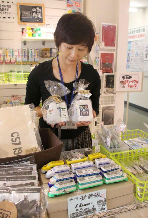 地元商店が企画したお土産品が並ぶ販売コーナー(新潟市秋葉区)