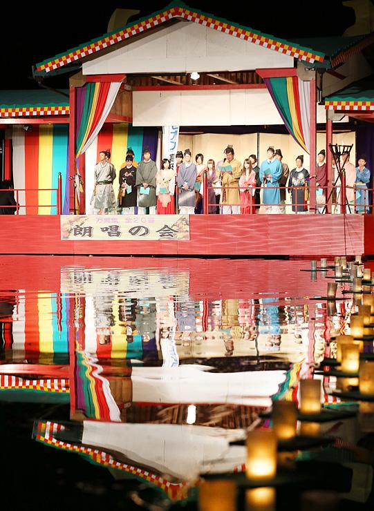 特設水上舞台で万葉集を朗唱する出演者たち=高岡古城公園
