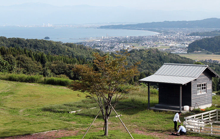飲食テントやステージが設置される芝生広場。市街地や富山湾の眺望を楽しめる=氷見市余川