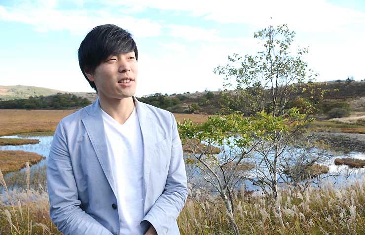 プロモーションビデオを撮影した八島ケ原湿原で「信州のうた」について語るGendyさん