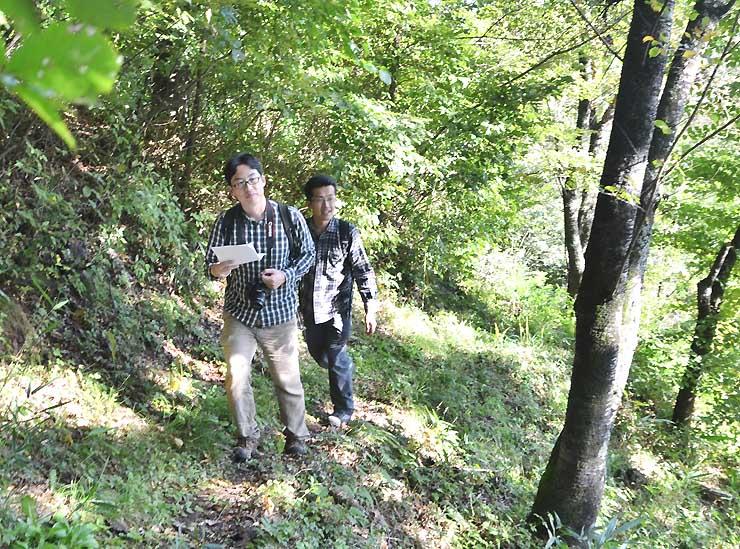 小諸市から大河原峠までの新コースを下見する安藤さん(左)ら