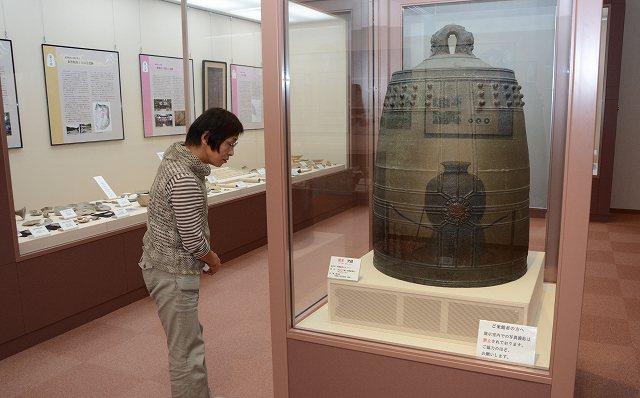 国宝の梵鐘や町の歴史について紹介する常設展=3日、越前町織田文化歴史館