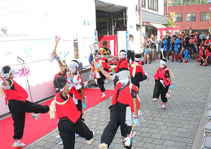 建設が進む総湯の前で踊りを披露する子どもたち