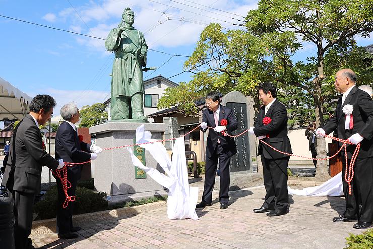 初めてお目見えした気品のあるたたずまいの家持像=高岡市伏木古国府の勝興寺前緑地公園