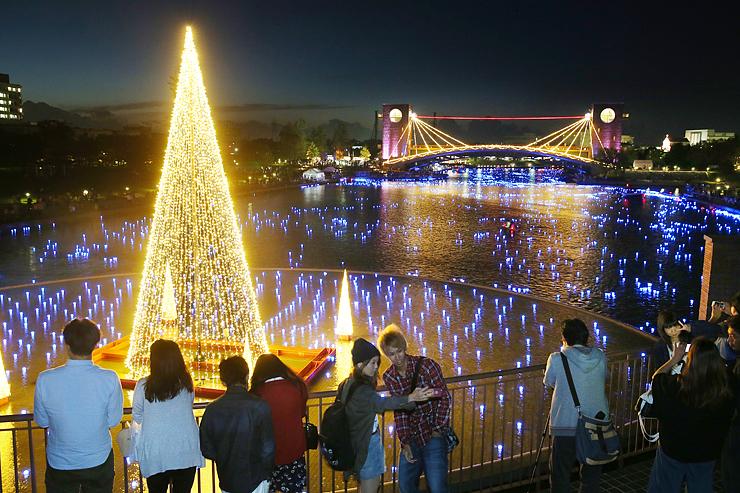 夜の水面を彩る光の球とイルミネーション=富岩運河環水公園