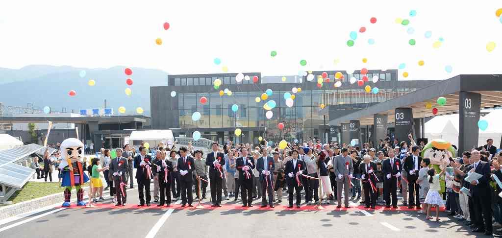 テープカットし、風船を飛ばして完成を祝った敦賀駅前広場の竣工式=4日、福井県敦賀市白銀町