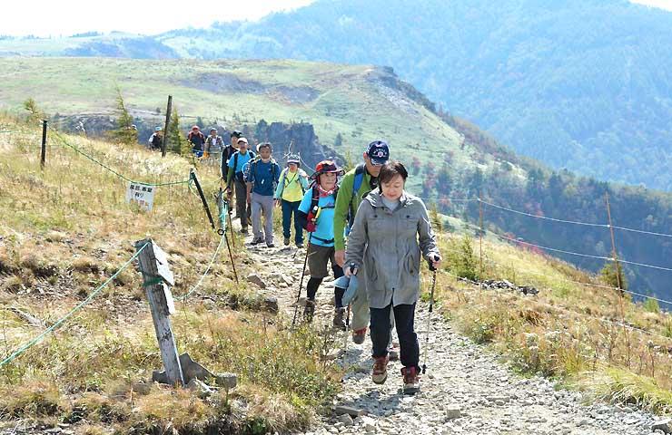 美ケ原高原で開かれた登山者の体力を診断する講座。約50人が参加した