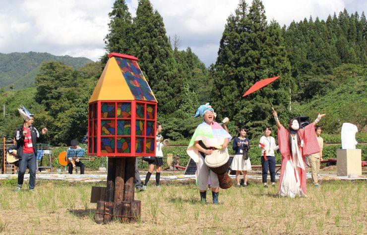 里山アート展の作品の周りで披露されたパフォーマンス=3日、阿賀町