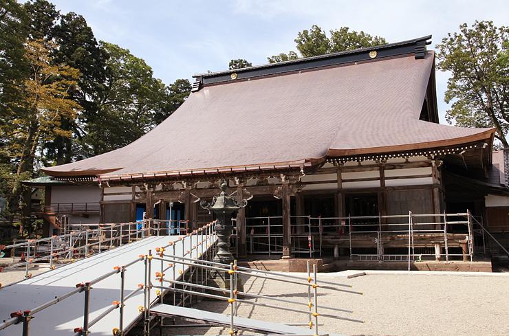 銅板にふき替えられた本堂の外観。法要期間中はスロープを設置し、高齢参拝者や稚児行列に対応する