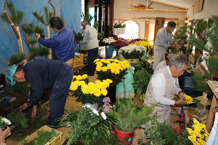 生け花制作を進める花講メンバー