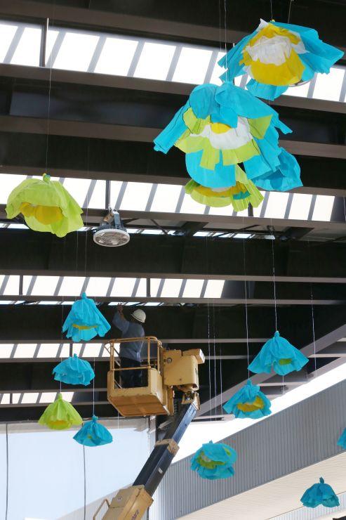 風で花びらがふわふわ動く花飾り。作業員が天井からつり下げた=6日、上越市