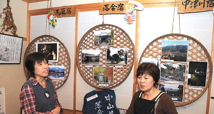 妻籠宿の展示会場で、今後の活動について話す吉村さん(右)ら