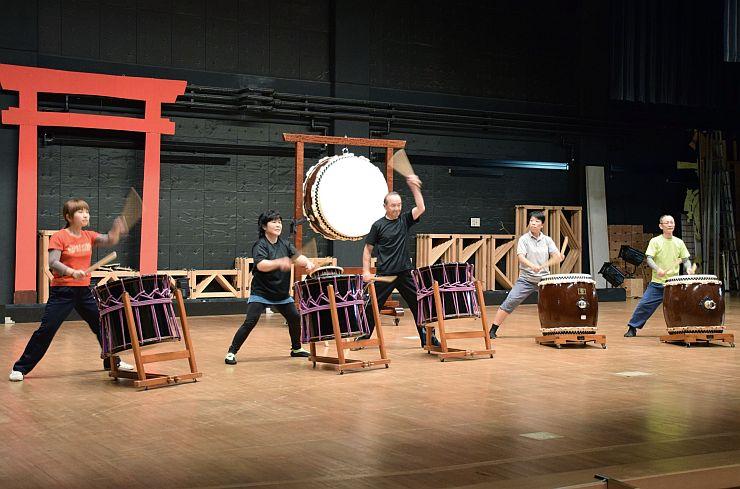 結成20年記念のフェスティバルに向け練習に熱が入る越後・親不知太鼓のメンバー=5日、糸魚川市
