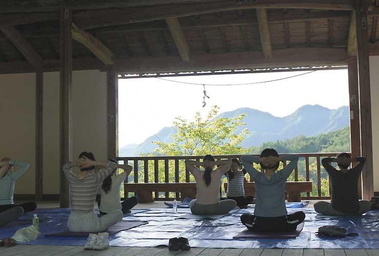 別所神社神楽殿で開かれているヨガ講座