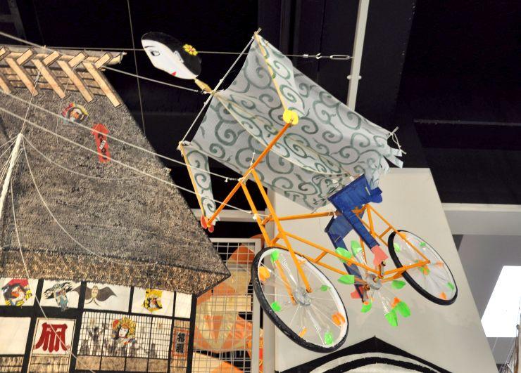 しろね大凧と歴史の館に展示されている「自転車凧」=新潟市南区