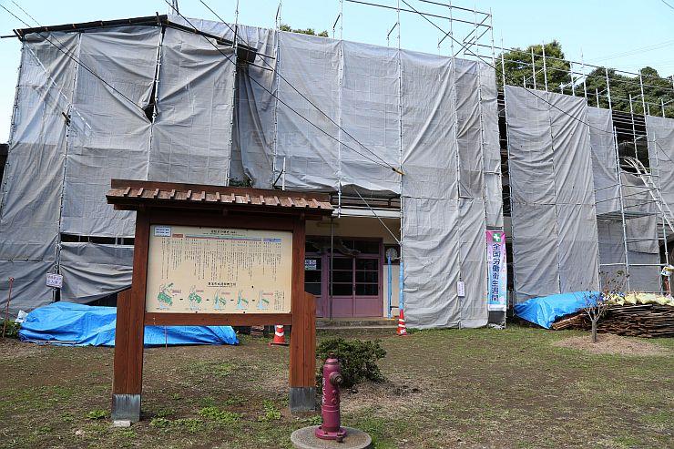 足場が組まれ、シートで覆われた耐震補強工事中の宿根木公会堂=5日、佐渡市宿根木