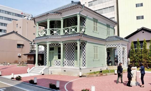 洋風住宅ながら、瓦をかまぼこ状のしっくいでつないだ壁面「なまこ壁」など日本の伝統的技法が随所に見られる福井市グリフィス記念館