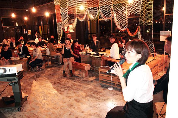 地元食材の多彩な料理とトークを楽しむ来場者=ひみ漁業交流館魚々座