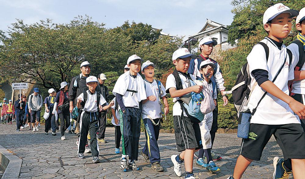 金沢の景観を楽しみながら歩を進める参加者=10日午前8時20分、金沢市丸の内