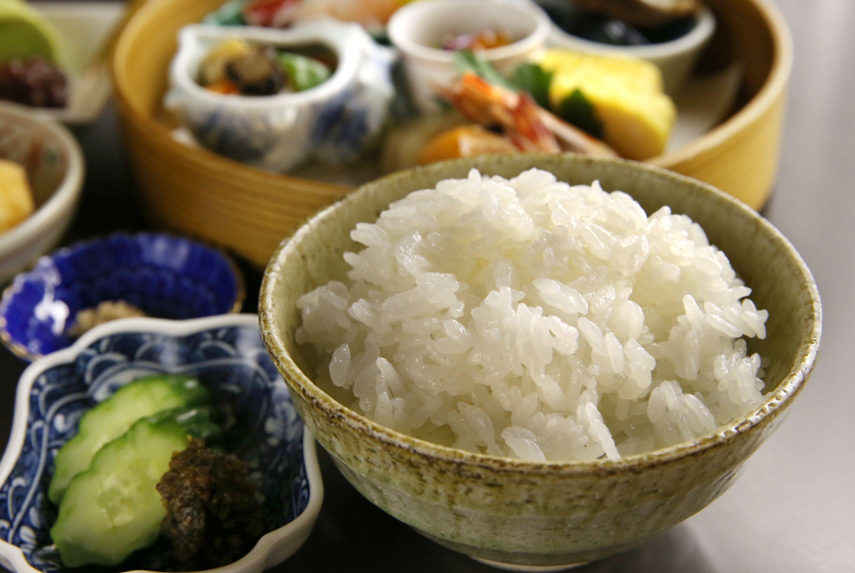 「新之助」を味わってもらおうと工夫されたメニュー。藻塩なども添えられている=新潟市中央区の新潟グランドホテル内