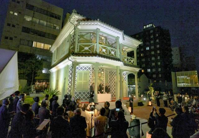 開館に合わせてライトアップされた「グリフィス記念館」=10日、福井市中央3丁目