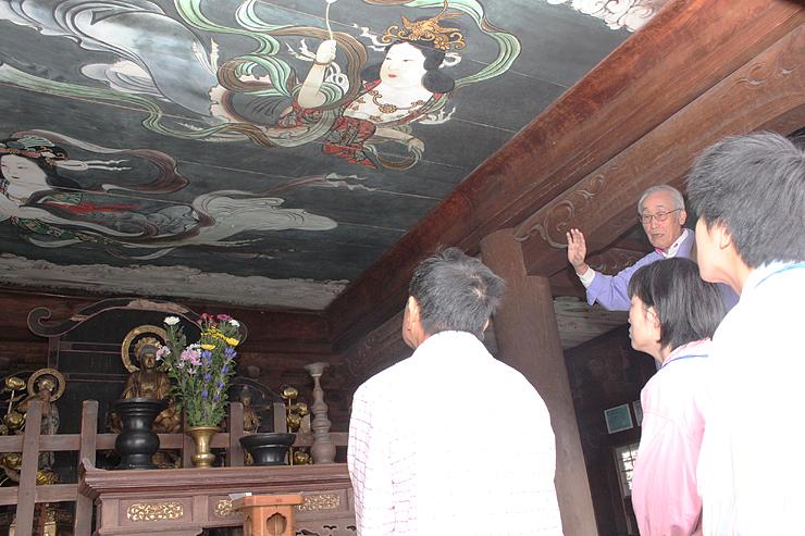 山門2階の天井画を見学する参加者=井波別院瑞泉寺
