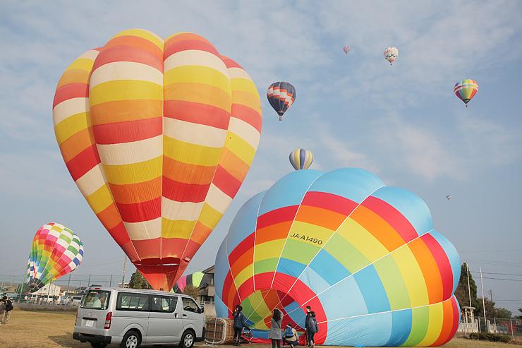 ことしは全国各地から29チームがカラフルな熱気球を持ち寄った