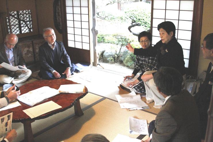 旧「料亭信濃」を訪れ、小池さん(右から2人目)から話を聞く岩波さん(左から2人目)ら