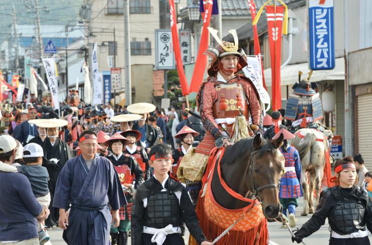 甲冑姿で町内を練り歩く「十万石行列」=11日午後3時8分、長野市松代町