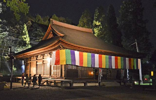 ライトアップされ、幻想的な雰囲気が漂う本堂=10日夜、福井県高浜町中山の中山寺