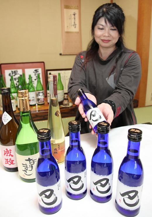 「義仲・巴」全国連携富山大会の記念品として成政酒造が造った純米吟醸酒「巴」(手前)