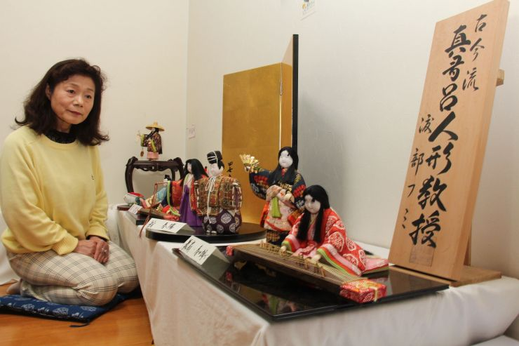 優美な木目込み人形が並ぶ遺作展=8日、新潟市西蒲区