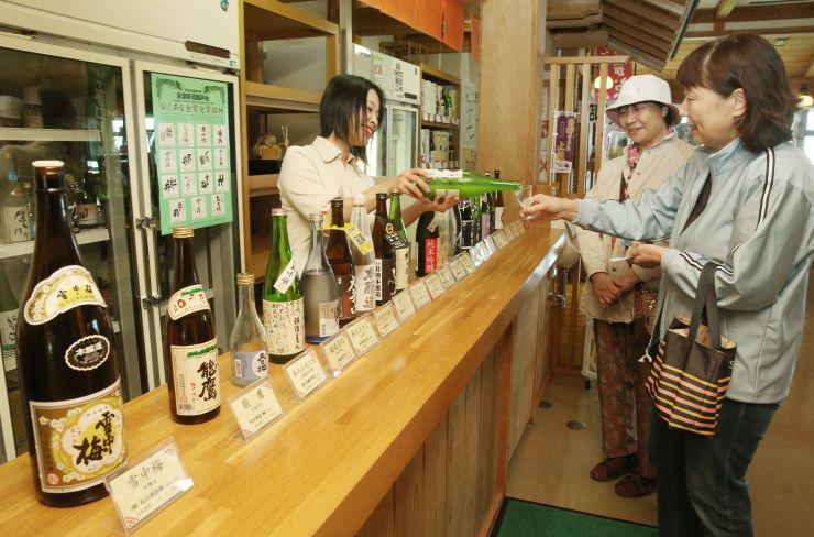 地酒を飲み比べ、会話も弾んだ秋恒例の試飲イベント=10日、上越市三和区