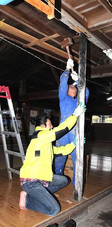 今季の営業を終え、筋交いを入れ始める起さん(右)ら=12日、木曽町の山小屋「女人堂」