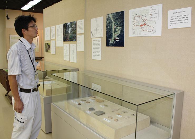 近年の調査で見つかった土器など貴重な史料が並ぶ会場