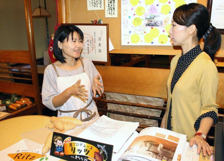 開店に向けスタッフと打ち合わせをする新谷梨恵子さん(左)=14日、小千谷市