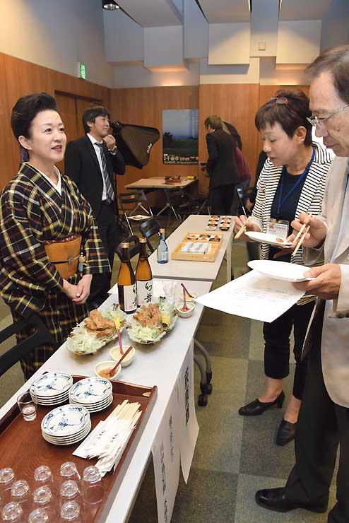 県産食材を使った料理が並んだ研修会