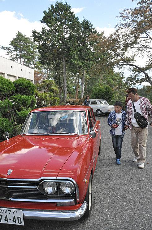 昭和の時代に生産された懐かしい車が並んだ会場