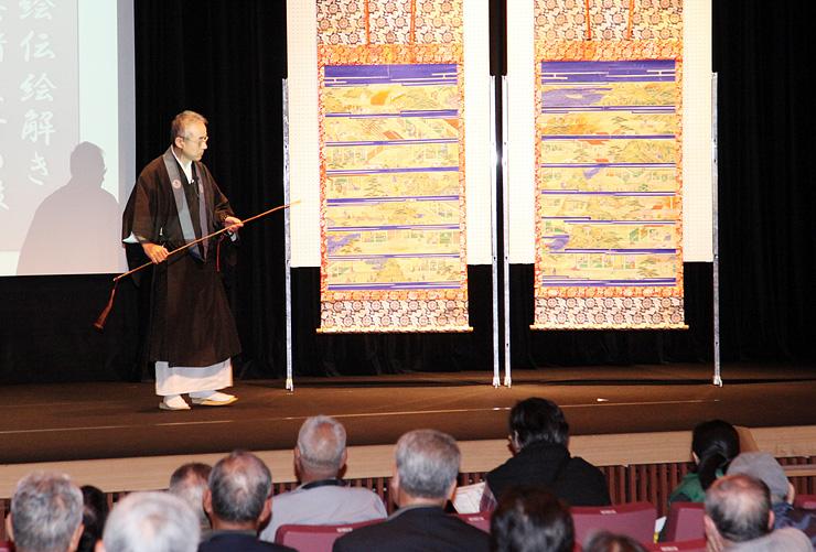 蓮如上人絵伝の絵解きを実演する真教寺の馬川住職